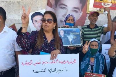 Sit-in de victimes de la révolution devant le siège du gouvernement, organisé par l'association Awfiya, dirigée par l'avocate Lamia Farhani (au centre), le 18 septembre à Tunis.