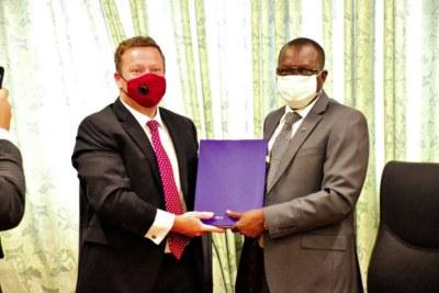 L'Etat burkinabè et African Global Development/ USA (AGD) ont signé une convention de cession, d'un montant de plus de 250 milliards F CFA, le mardi 20 octobre 2020, à Ouagadougou.