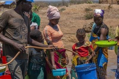 Des personnes déplacées font la queue pour de l'eau à Metuge, dans la province de Cabo Delgado, au Mozambique.