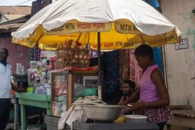 Vendeuse de rue à Nima, quartier populaire d'Accra (Ghana), le 7 décembre 2020.