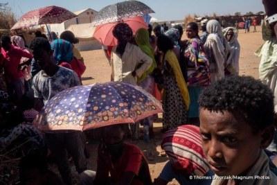 Des réfugiés éthiopiens font la queue pour accéder à une distribution alimentaire au Soudan. Décembre 2020.
