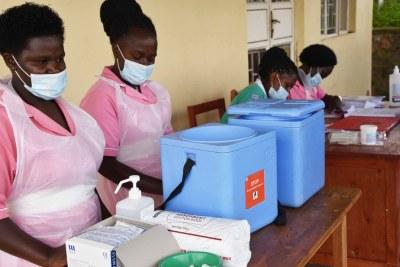 Des agents de santé sur l'île de Bwama, sur le lac Bunyonyi, en Ouganda, se préparent à administrer les vaccins contre la Covid-19.