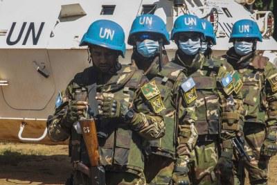 Des soldats de la paix de l'ONU en patrouille à Bakouma en République centrafricaine.