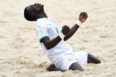 Un joueur de l'équipe nationale du Sénégal célébrant la qualification historique des Lions en demi-finale de mondial en Beach Soccer (Russie 2021)